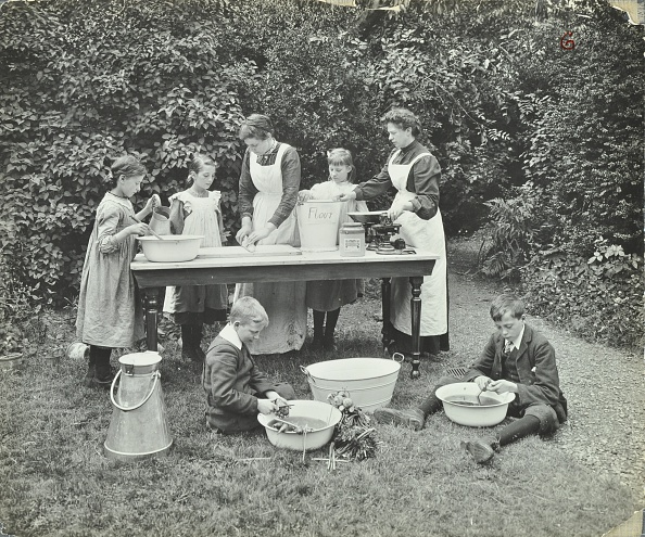 Preparing Food「Pupils Preparing Food Outdoors, Birley House Open Air School, Forest Hill, London, 1908. Artist: Unknown.」:写真・画像(16)[壁紙.com]