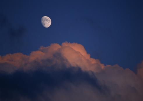 月「The Moon and Cloud」:スマホ壁紙(3)