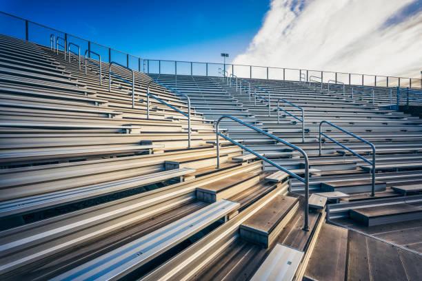 Empty stadium bench seating:スマホ壁紙(壁紙.com)