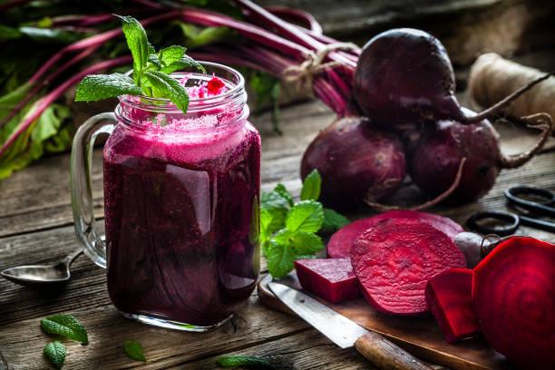 Healthy drink: beet juice on rustic wooden table:スマホ壁紙(壁紙.com)