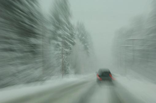Dizzy「A lone car travels on a snowy road.」:スマホ壁紙(14)