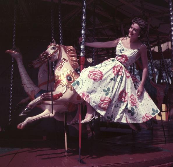 カラー画像「Fun Ride, Sun Dress」:写真・画像(3)[壁紙.com]