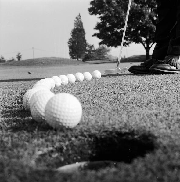 Putting - Golf「Golf Balls」:写真・画像(2)[壁紙.com]