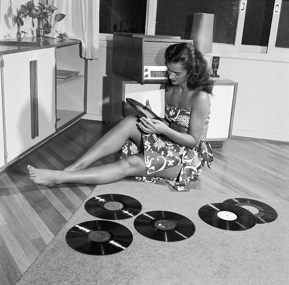 Listening「Playing Records」:写真・画像(19)[壁紙.com]
