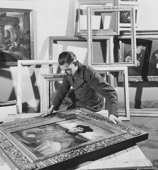 George Pickow「Framing Painting」:写真・画像(1)[壁紙.com]