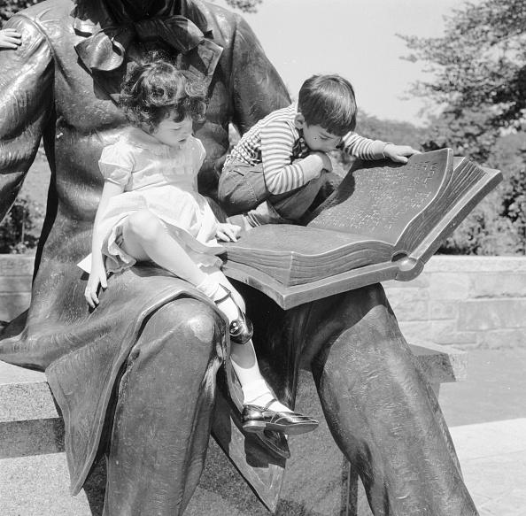 作家「Reading A Fairy Story」:写真・画像(18)[壁紙.com]