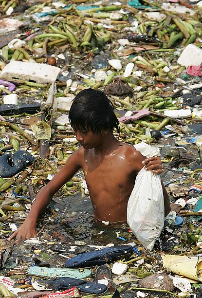 Philippine Kid Picks Plastic Wastes In Seawater Of Manila Bay:ニュース(壁紙.com)