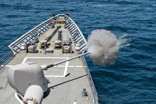 アラビア海「USS Philippine Sea fires its Mk-45 lightweight gun」:スマホ壁紙(19)