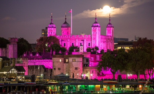 Illuminated「Breast Cancer Campaign Turn London Landmarks Pink For Breast Cancer Awareness Month」:写真・画像(10)[壁紙.com]