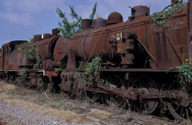 Abandoned Portuguese locomotives at Vila Nova de Gaia on May 2001. Right 2-8-0 No. 701 and left 2-8-4T No. 0184.:ニュース(壁紙.com)
