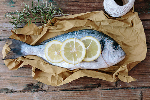 Sea Bream「Sea Bream on a baking paper with lemon and rosemary」:スマホ壁紙(18)