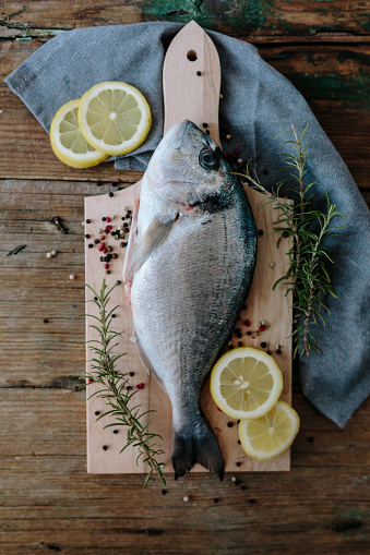 Sea Bream「Sea Bream on a wooden board with pepper and rosemary」:スマホ壁紙(5)