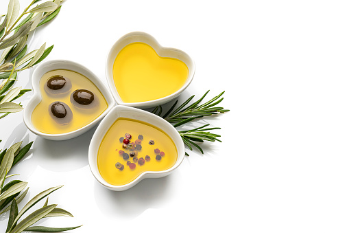 Ketogenic Diet「Three heart shaped bowls filled with olive oil on white background. Copy space.」:スマホ壁紙(4)