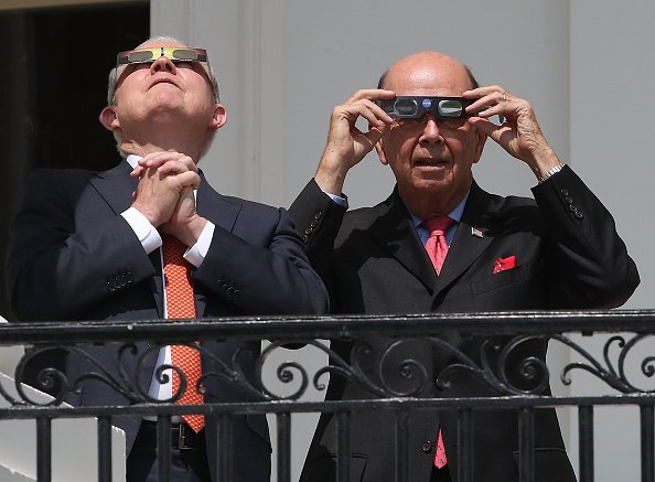 Wilbur Ross「President Trump Views The Eclipse From The White House」:写真・画像(6)[壁紙.com]