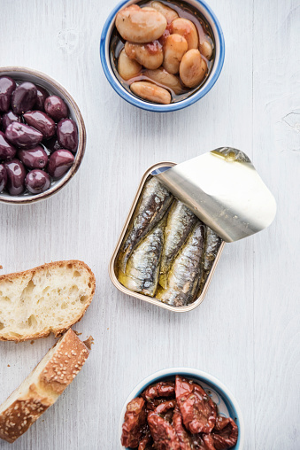 Compatibility「Tin can of sardines in oil, bowls of pickled vegetables and slices of bread」:スマホ壁紙(13)