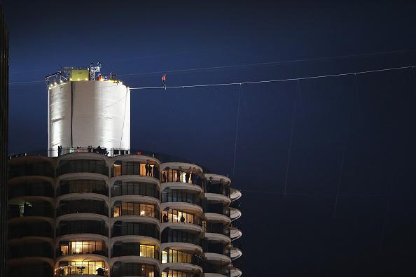 Tightrope「Daredevil Nik Wallenda Walks Across Tightrope In Between Downtown Chicago Buildings」:写真・画像(17)[壁紙.com]