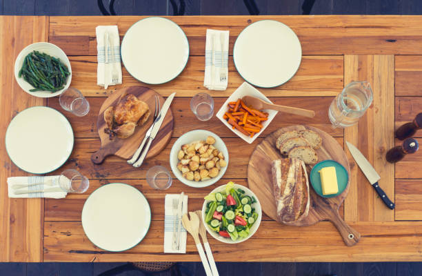 Family meal table with no people.:スマホ壁紙(壁紙.com)