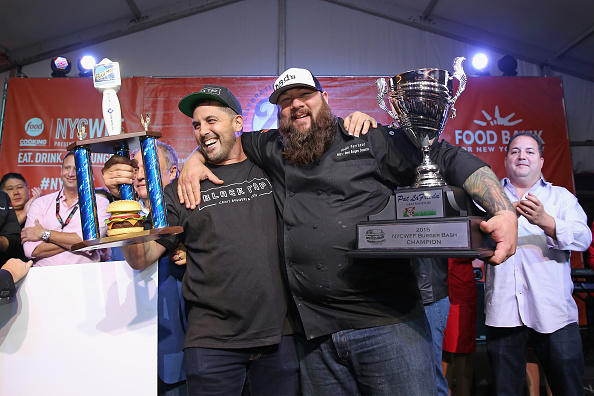 授賞式「Blue Moon Burger Bash Presented By Pat LaFrieda Meats Hosted By Rachael Ray - Food Network & Cooking Channel New York City Wine & Food Festival presented By FOOD & WINE」:写真・画像(9)[壁紙.com]