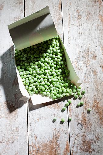 Green Pea「Opened package of deep frozen peas on wood」:スマホ壁紙(18)