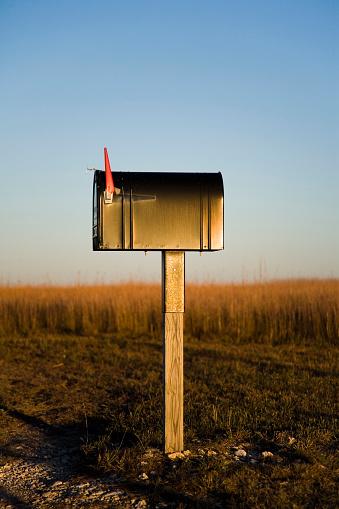Receiving「A mailbox stands alone in a Kansas corn field as the sun sets beyond the horizon.」:スマホ壁紙(10)