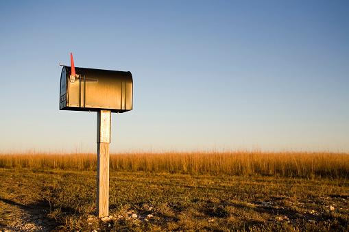 Receiving「A mailbox stands alone in a Kansas corn field as the sun sets beyond the horizon.」:スマホ壁紙(16)