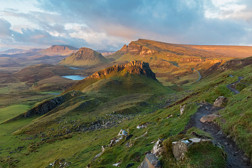 Quirang「UK, Scotland, Inner Hebrides, Isle of Skye, Trotternish, morning mood above Quiraing, view towards Loch Cleat」:スマホ壁紙(2)