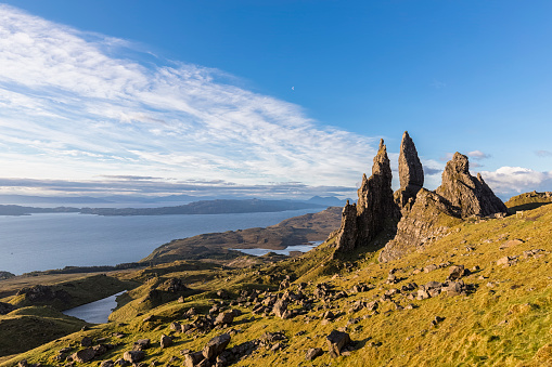 Highland Islands「UK, Scotland, Inner Hebrides, Isle of Skye, Trotternish, morning mood at Loch Leathan and The Storr」:スマホ壁紙(13)