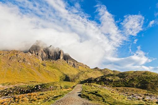 Scotland「UK, Scotland, Inner Hebrides, Isle of Skye, Trotternish, clouds around The Storr, trail towards observation point」:スマホ壁紙(15)
