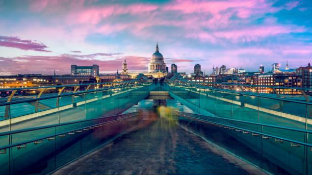 St Pauls Cathedral and Millennium bridge at dusk in London, UK.:スマホ壁紙(壁紙.com)