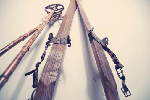 スキーストック「アンティークのスキー用具」:スマホ壁紙(3)