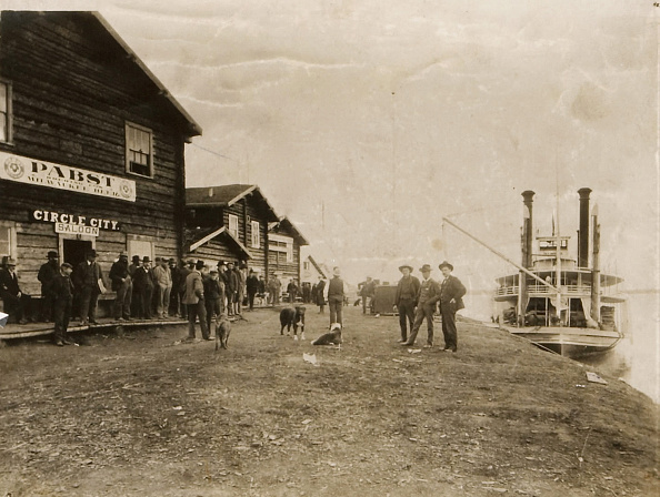 Saloon「Circle City Saloon At The Docks Of Nome With Steamship」:写真・画像(9)[壁紙.com]