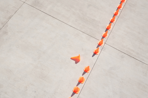 Imperfection「Row of traffic cones with one on side」:スマホ壁紙(1)