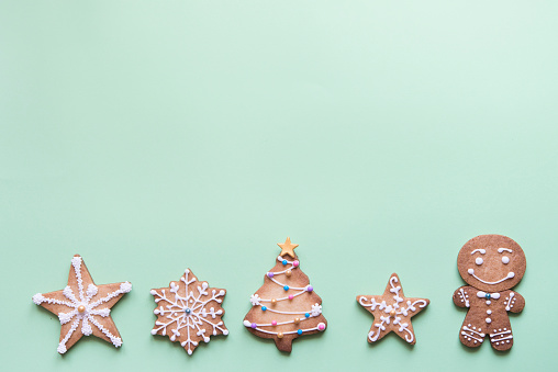 Gingerbread Cookie「Row of five gingerbread cookies decorated with sugar icing on bright green background」:スマホ壁紙(16)