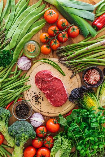 Asparagus「Raw rib eye steak with vegetables」:スマホ壁紙(16)