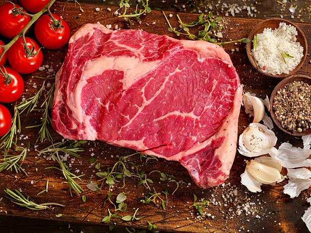 Raw Rib Eye Steak with Fresh Herbs:スマホ壁紙(壁紙.com)