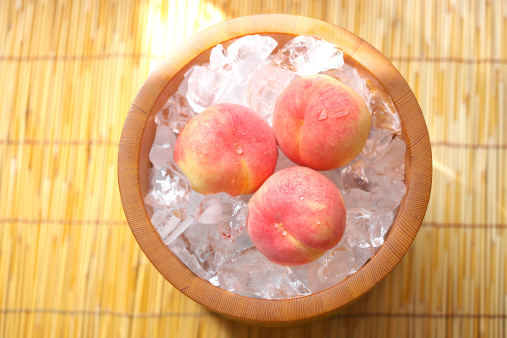 桃「Peaches in a bucket of ice cubes, Kanagawa Prefecture, Honshu, Japan」:スマホ壁紙(18)