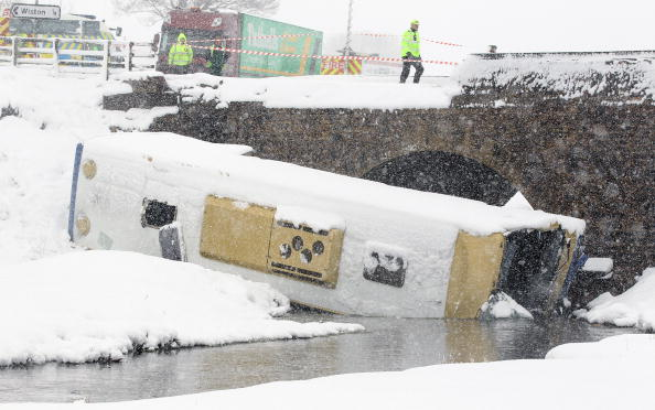 School Bus「Teenagers Are Injured After Coach Crashes On School Trip」:写真・画像(16)[壁紙.com]