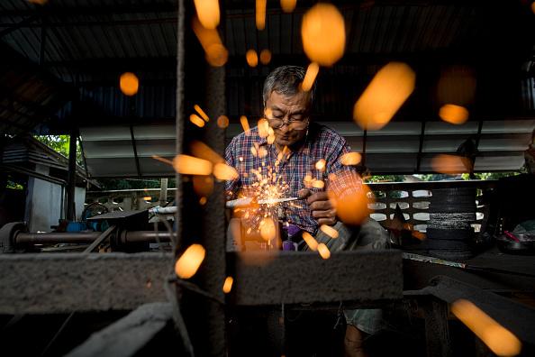Sharpening「Thailand's Remaining Sword Maker Crafts Out Traditional Blades Of Steel」:写真・画像(6)[壁紙.com]