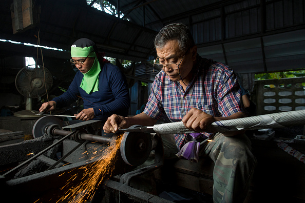 Sharpening「Thailand's Remaining Sword Maker Crafts Out Traditional Blades Of Steel」:写真・画像(5)[壁紙.com]