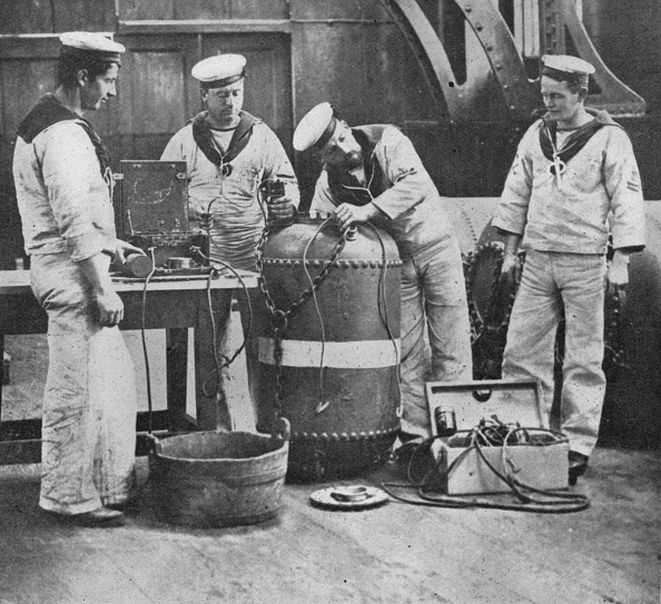 Sailor「Fitting Up An Electric Contact Mine 1914」:写真・画像(7)[壁紙.com]