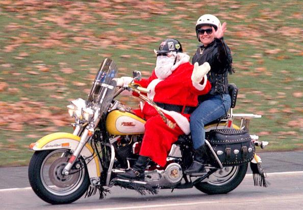 ヒューマンインタレスト「Santa Claus rides his Harley Davidson」:写真・画像(9)[壁紙.com]