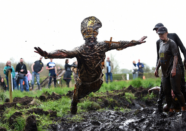 Lap Pool「Competitors Take Part In The 2017 Mud Madness Event」:写真・画像(13)[壁紙.com]