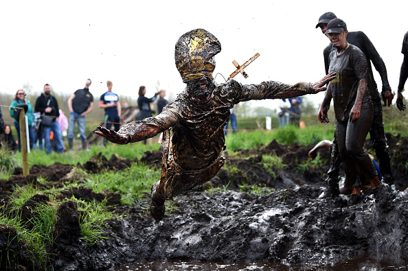 Lap Pool「Competitors Take Part In The 2017 Mud Madness Event」:写真・画像(6)[壁紙.com]
