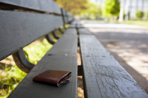 Lost「Lost wallet on a park bench」:スマホ壁紙(15)