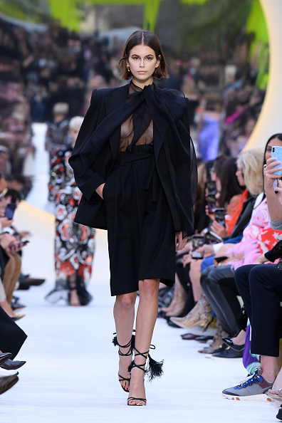 Bow Collar「Valentino : Runway - Paris Fashion Week - Womenswear Spring Summer 2020」:写真・画像(4)[壁紙.com]