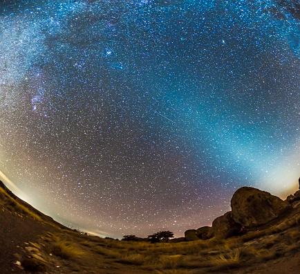 星空「Comet Lovejoy and zodiacal light in City of Rocks State Park, New Mexico.」:スマホ壁紙(8)