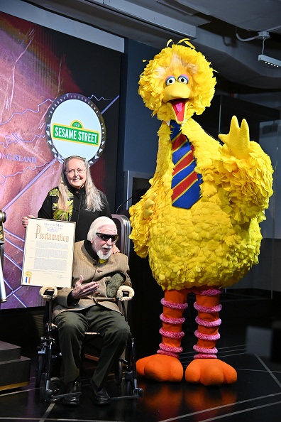 Sesame「Sesame Street's Big Bird And Puppeteer Caroll Spinney Light The Empire State Building」:写真・画像(19)[壁紙.com]