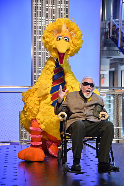 Sesame「Sesame Street's Big Bird And Puppeteer Caroll Spinney Light The Empire State Building」:写真・画像(1)[壁紙.com]