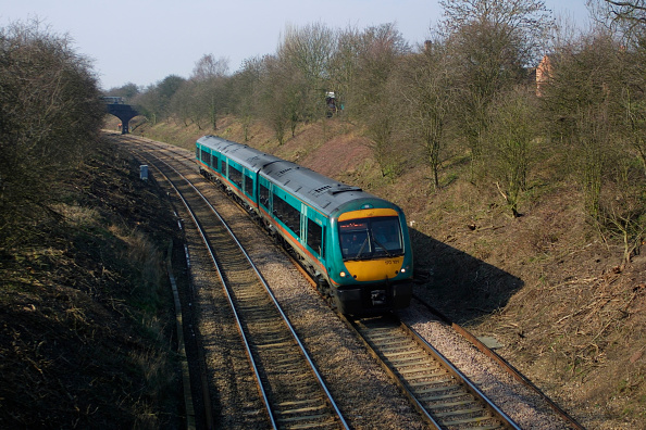 Cutting「A Midland Mainline class 170 Turbostar train passes through the cutting at Newton Harcourt as it heads for London St Pancras station. April 2004.」:写真・画像(5)[壁紙.com]