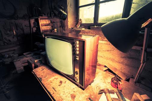 Basement「Vintage TV in Old Workshop」:スマホ壁紙(13)